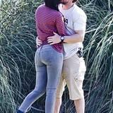 3. November 2012: Sie haben keine Auge für das Fußballspiel ihres Sohnes: Mark Wahlberg und seine Frau Rhea Durham stehen lieber