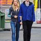12. November 2012: Sienna Miller und ihr Freund Tom Sturridge schlendern durchs New Yorker West Village.