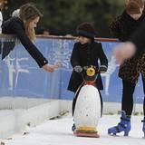 4. Dezember 2012: Jessica Alba macht Tochter Honor Mut beim Schlittschuhlaufen im Natural History Museum in London.