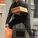 2. November 2012: Für seine Familie spielt Liev Schreiber gern den Pizzaboten.