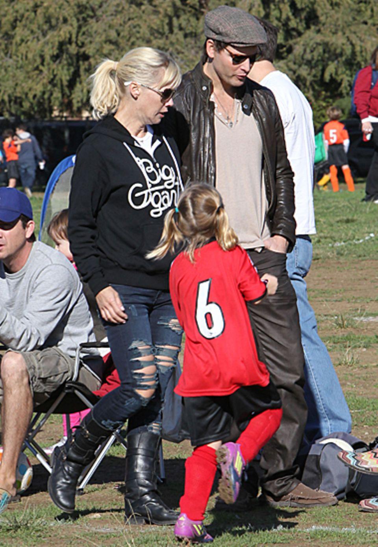 10. November 2012: Wiedervereint auf dem Fußballplatz: Jennie Garth und Ex-Mann Peter Facinelli schauen sich gemeinsam das Fußba