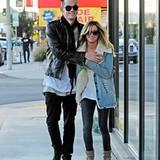20. Dezember 2012: Ashley Tisdale geht mit einem Freund in West Hollywood Snowboards kaufen.