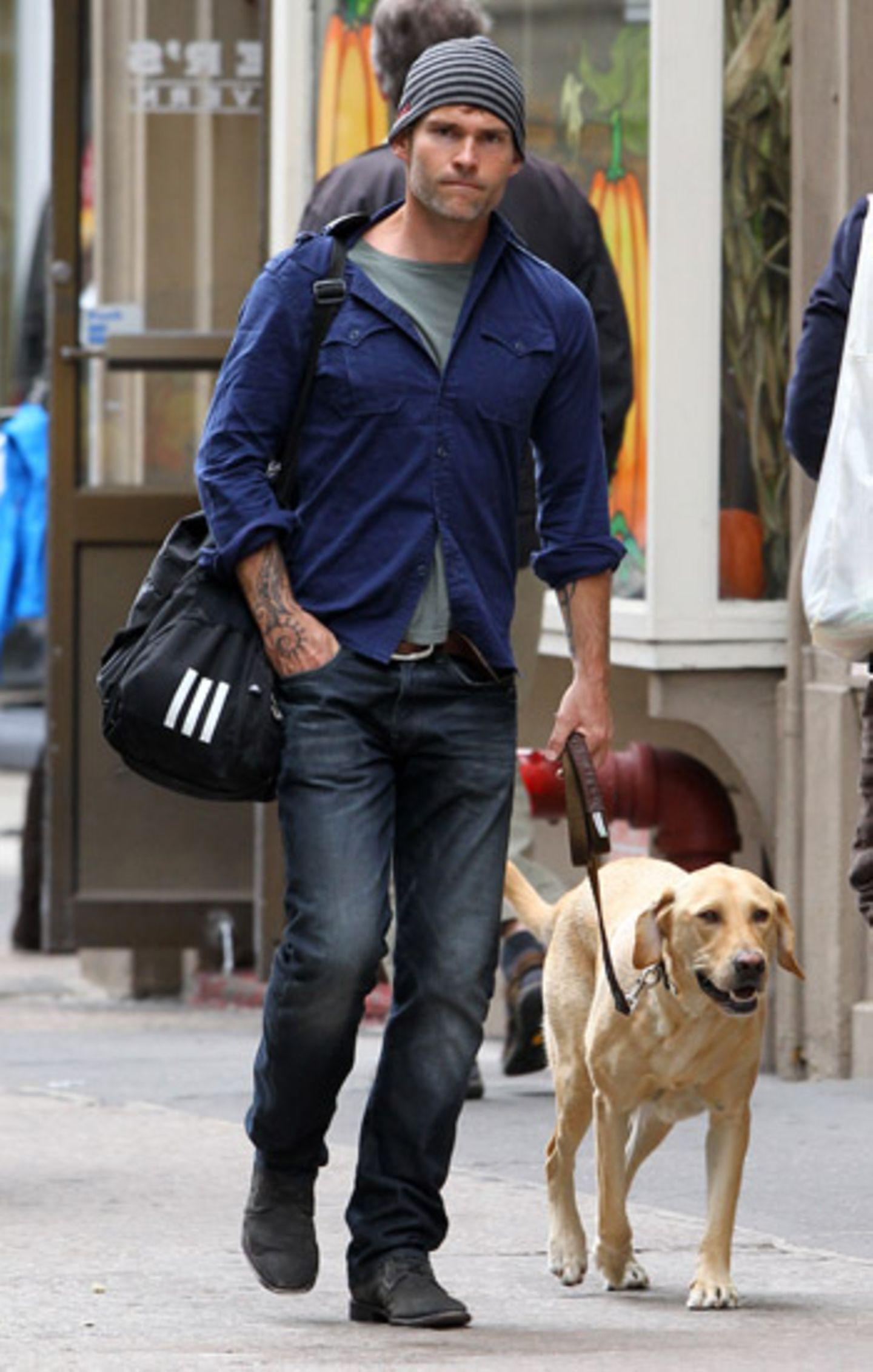 29. September 2012: Seann William Scott geht mit seinem Hund namens Dude im New Yorker West Village spazieren.
