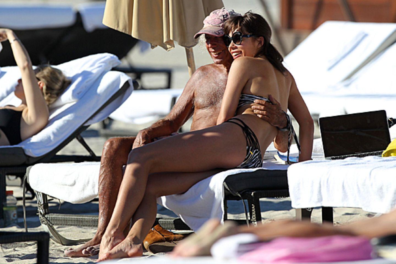 7. Dezember 2012: Liliana Matthäus zeigt sich ganz kuschelig mit James Goldstein am Strand von Miami.