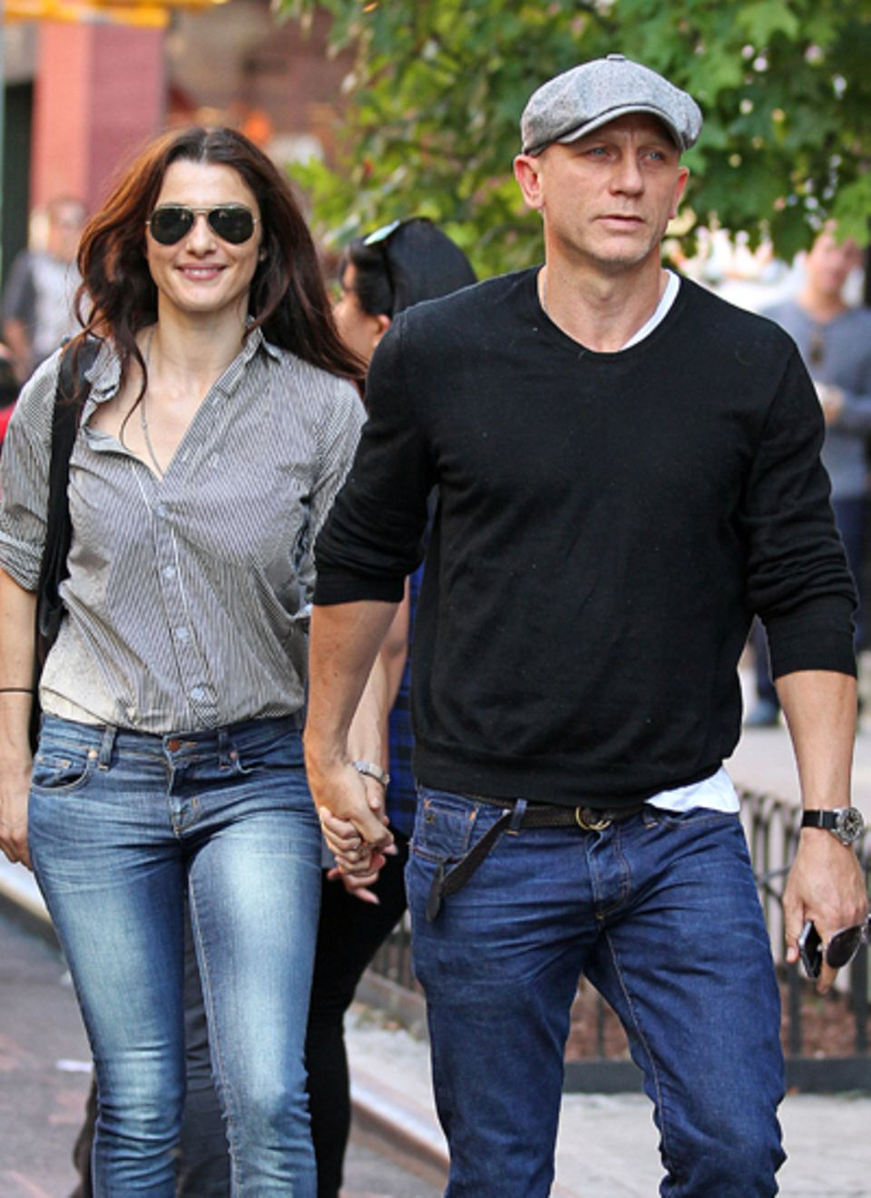 22. September 2012: Beim Spaziergang in New York lächelt Rachel Weisz den fotografen zu. Daniel Craig wirkt angespannter als sei