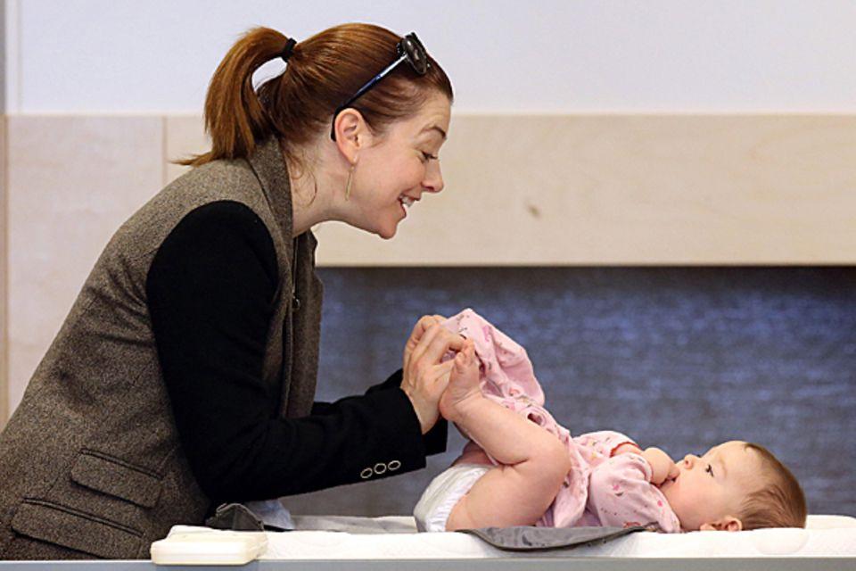 28. November 2012: Gut, dass Alyson Hannigan mit Tochter Keeva in einem Babyladen in Brentwood shoppen war. Denn die sind bekann