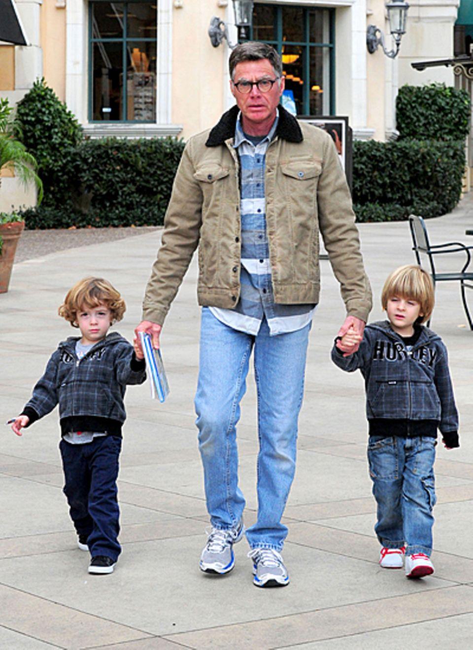 12. Dezember 2012: Irv Richards, der Vater von Denise Richards verbringt einen Nachmittag mit Charlie Sheens Söhnen Bob und Max.