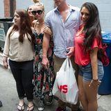 19. Juli 2012: Miley Cyrus und Liam Hemsworth gucken nicht sehr begeistert, als sie von Fans in Philadelphia umringt werden.