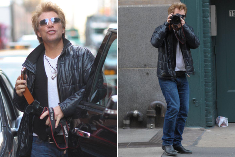 29. November 2012: Jon Bon Jovi ist nicht sehr erfreut darüber, immer wieder von Paparazzi gejagt zu werden. Deshalb dreht er de
