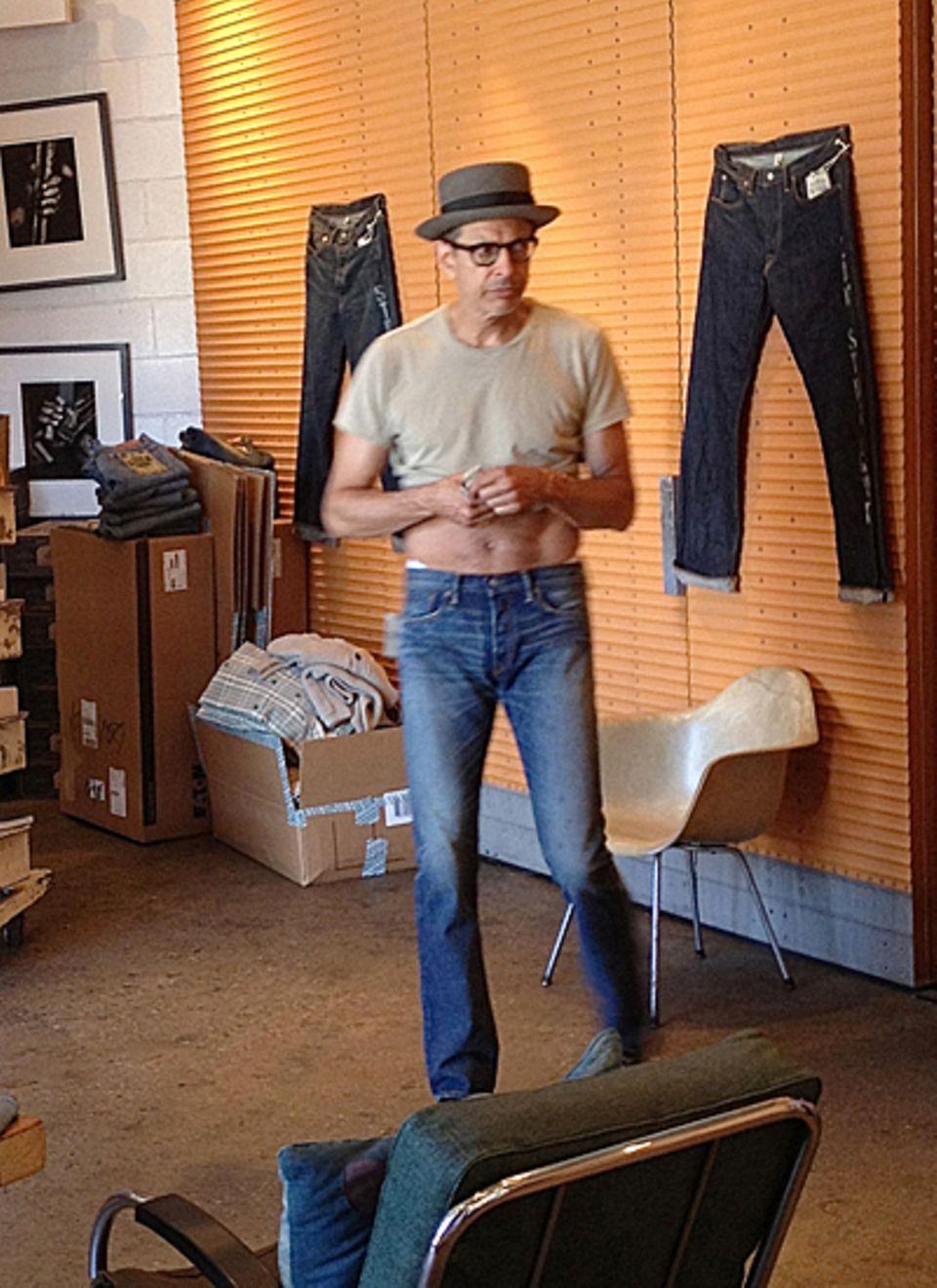9. Juli 2012: Jeff Goldblum macht in Los Angeles die Klamottenläden unsicher, um sich eine neue Jeans zu kaufen.