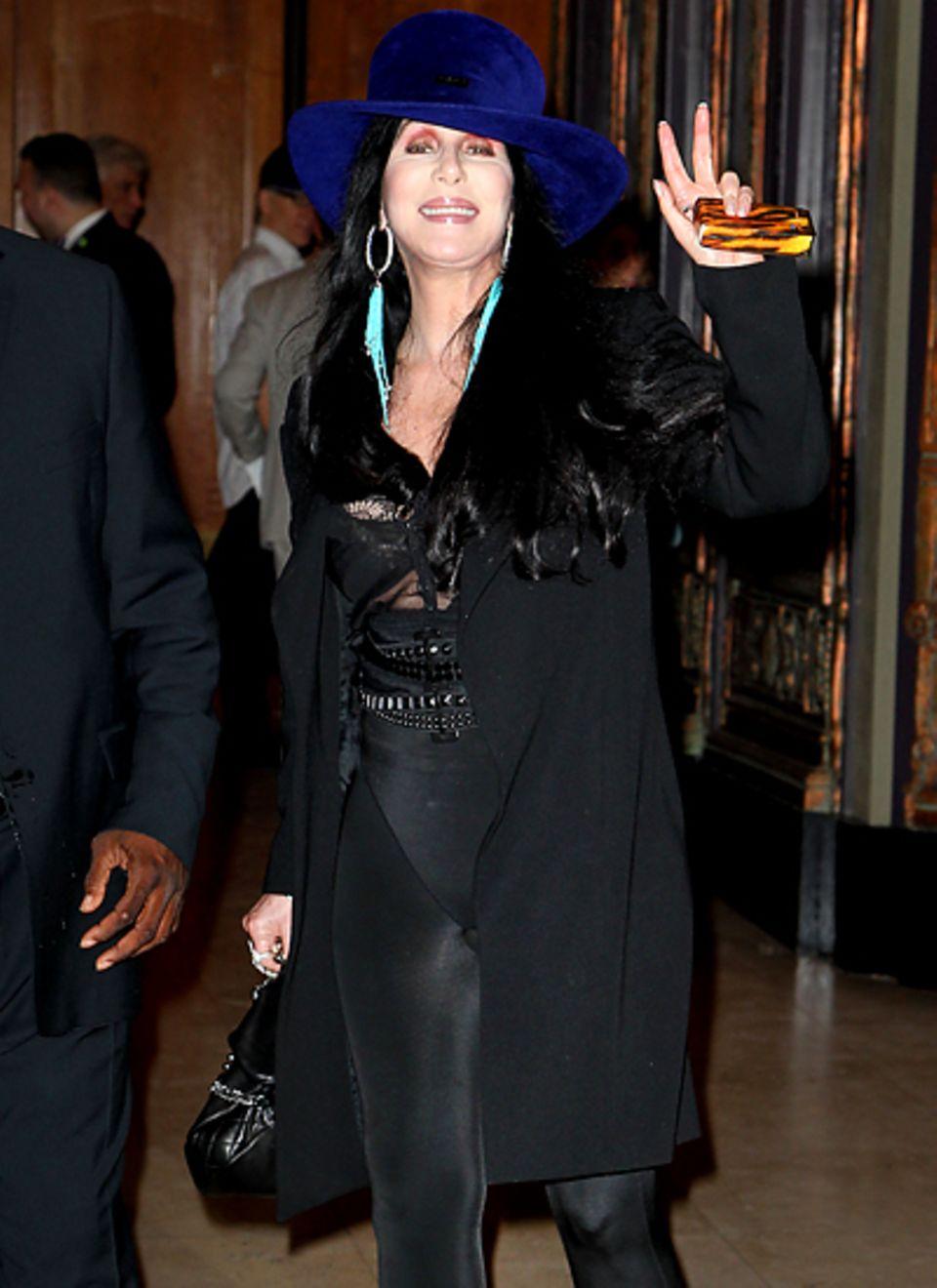 """12. September 2012: Cher verlässt nach einer Musical-Premiere das """"Pantages Theatre"""" in Hollywood."""