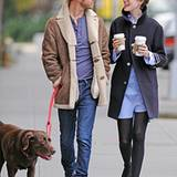 25. Oktober 2012: Adam Shulman und Anne Hathaway gehen mit ihrem Hund in Brooklyn spazieren.