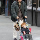 13. Dezember 2012: Christine Marinoni, die Ehefrau von Cynthia Nixon, spaziert mit dem gemeinsamen Sohn Max durch New York.