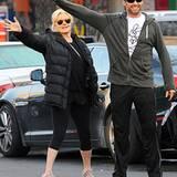 3. Dezember 2012: Gerade haben sie ihre Tochter in der Schule abgegeben, nun versuchen Hugh Jackman und seine Frau Deborra-Lee F