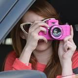 27. November 2012: Stilvoll knipst Emma Roberts mit dieser pinkfarbenen Kamera einfach zurück, wenn sie von Paparazzi fotografie