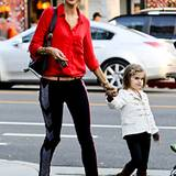 8. Dezember 2012: Ob ihr das Essen nicht geschmeckt hat? Als Alessandra Ambrosio und Tochter Anja nach dem Mittagessen ein Resta
