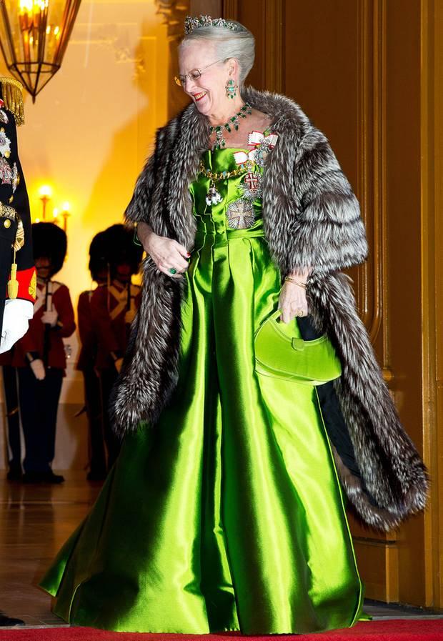 Hochdekoriert und in leuchtend-grüner Seidenrobe begrüßt Königin Margrethe beim traditionellen Empfang auf Schloss Amalienborg das neue Jahr.