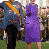 Den Hochzeitsgästen des Luxemburger Großherzogpaars winkt Königin Margrethe in einem leuchtend lilafarbenen Ensemble zu.