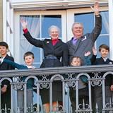 April 2012: An ihrem 72. Geburtstag erscheint die Königin in einem schicken grauen Kostüm auf dem Palastbalkon. Mit ihr feiert i