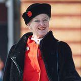 Mit Schottenrock, leuchtend rotem Cardigan und schwarzem Pelzmantel strahlt Königin Margrethe bei der Parade ihrer königlichen Leibgarde.