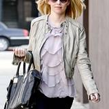 """Das Outfit von """"Hunger Games""""-Star Elizabeth Banks ist vielseitig einsetzbar: Jeans, Lederjacke und Shirt sind lässig zum Einkau"""