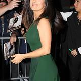 Salma Hayek strahlt in einem grünen Chiffon-Kleid mit raffinierter Faltenlegung am Rockteil.