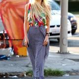 Hippie modern interpretiert: Isabel Lucas ist in diesem Maxirock und mit wehendem Haar eine echte Ausnahmeerscheinung.