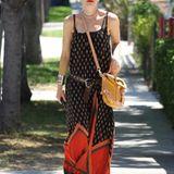 Gwen Stefani unterwegs im hippen Maxikleid und bequemen Flip Flops. Der maskuline Hut bricht den Look und lässt ihn noch interes