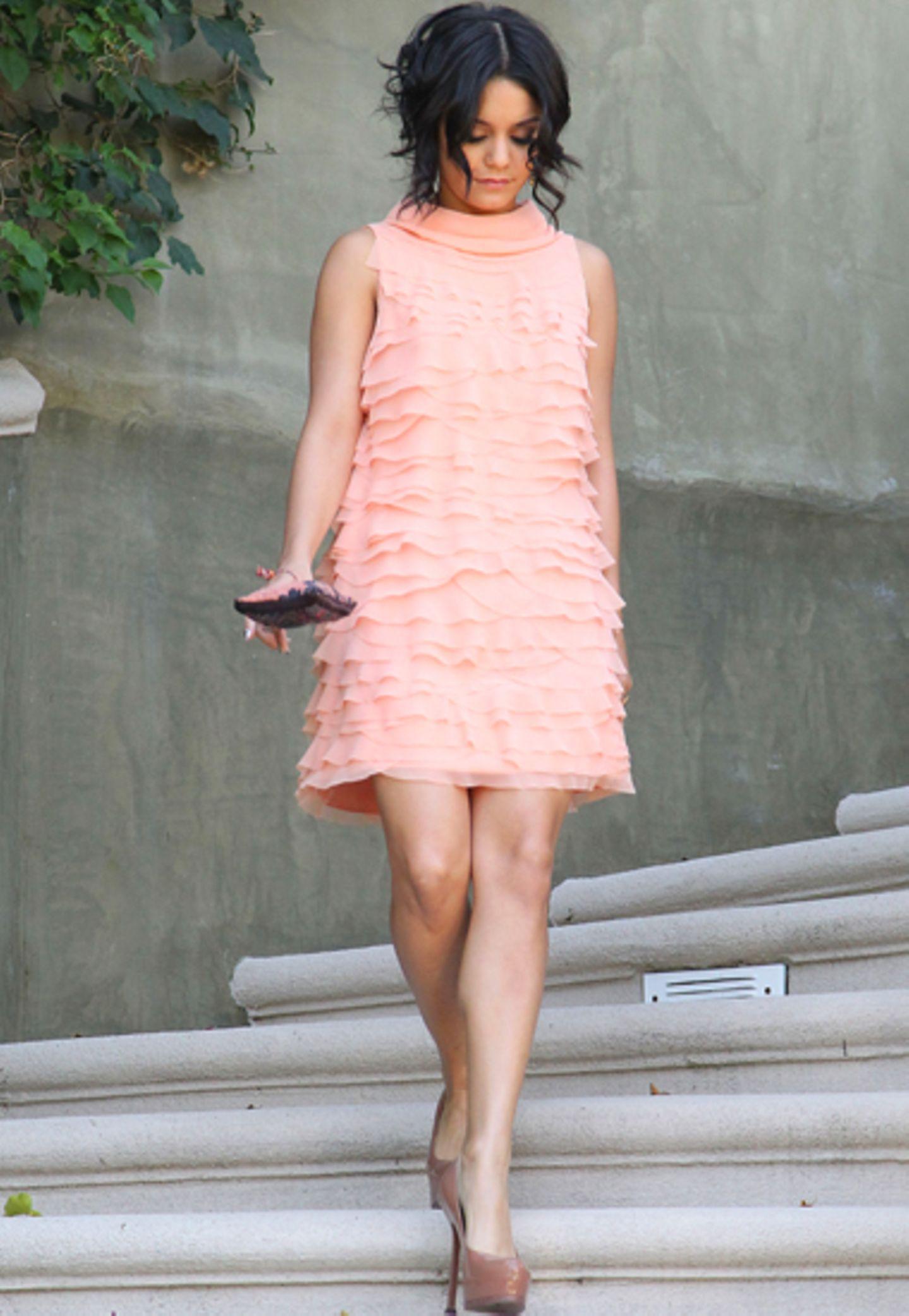 Vanessa Hudgens schreitet in einem Kleid von Moschino ganz elegant die Treppe hinunter.