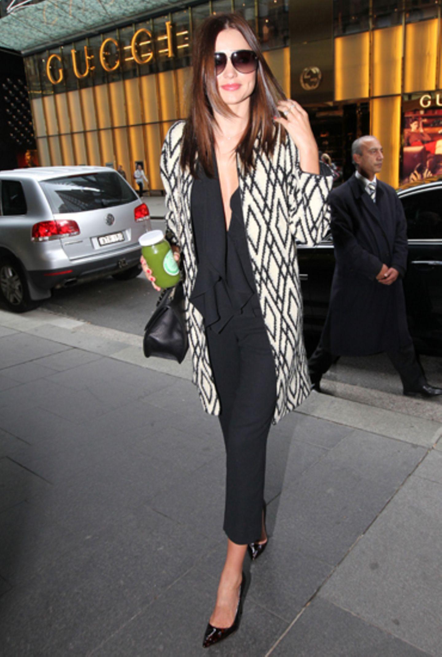 Miranda Kerr zeigt sich ganz edel mit Lackschuhen. Der gemusterte Mantel ist ein richtiger Hingucker und wertet ihr Outfit zusät