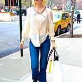 January Jones hat mit tranpsarenter Tunika und schlichten Jeans zum perfekten Frühlingsoutfit gegriffen.