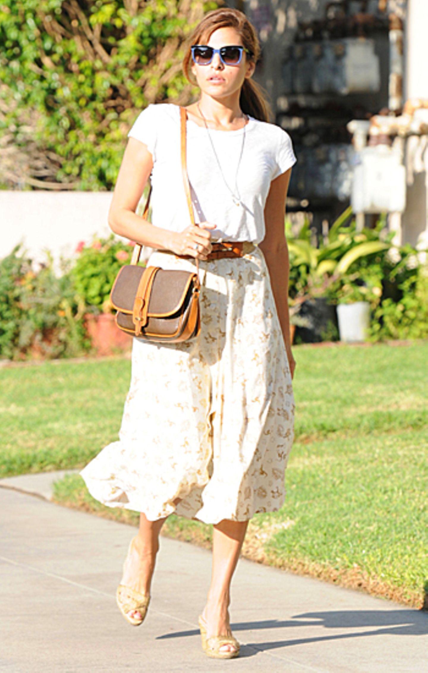 Die Braun- und Beigetöne passen wunderbar zu Eva Mendes' gebräuntem Teint.