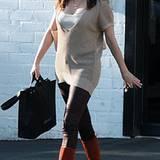 Rose McGowan setzt ebenfalls auf Stiefel. Sie werten das sonst schlichte Outfit der Schauspielerin auf.