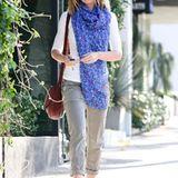 Emily Blunt greift in die Trickkiste und veredelt ihr neutrales Outfit mit einem leuchtend blauen Oversize-Schal.