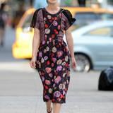 Keira Knightley mag es blumig. Der Faltenwurf bringt Schwung auf ihre schmalen Hüften und verleiht der burschikosen Schauspieler