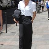 Victoria Beckham zeigt sich in PAris als echte Lady: Hier trägt sie eine Bluse von Jil Sander, einen Maxirock von Martin Margiel