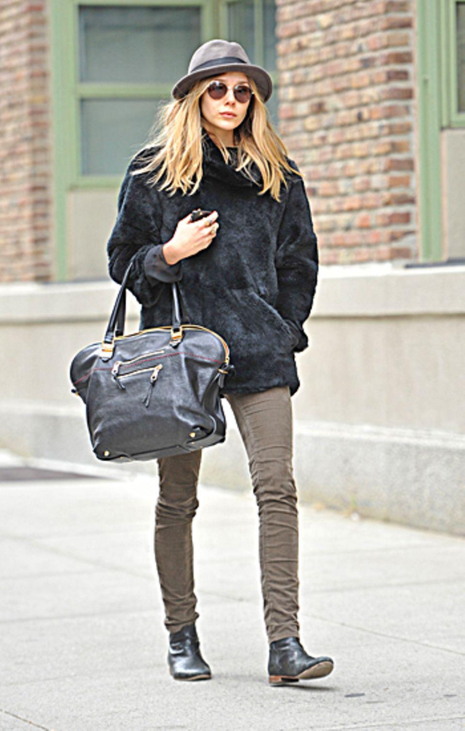 Elizabeth Olsen, Schwester der Designerinnen Mary-Kate und Ashley, beweist mit Hut, Leder-Shopper und Boots, dass Stilgefühl in