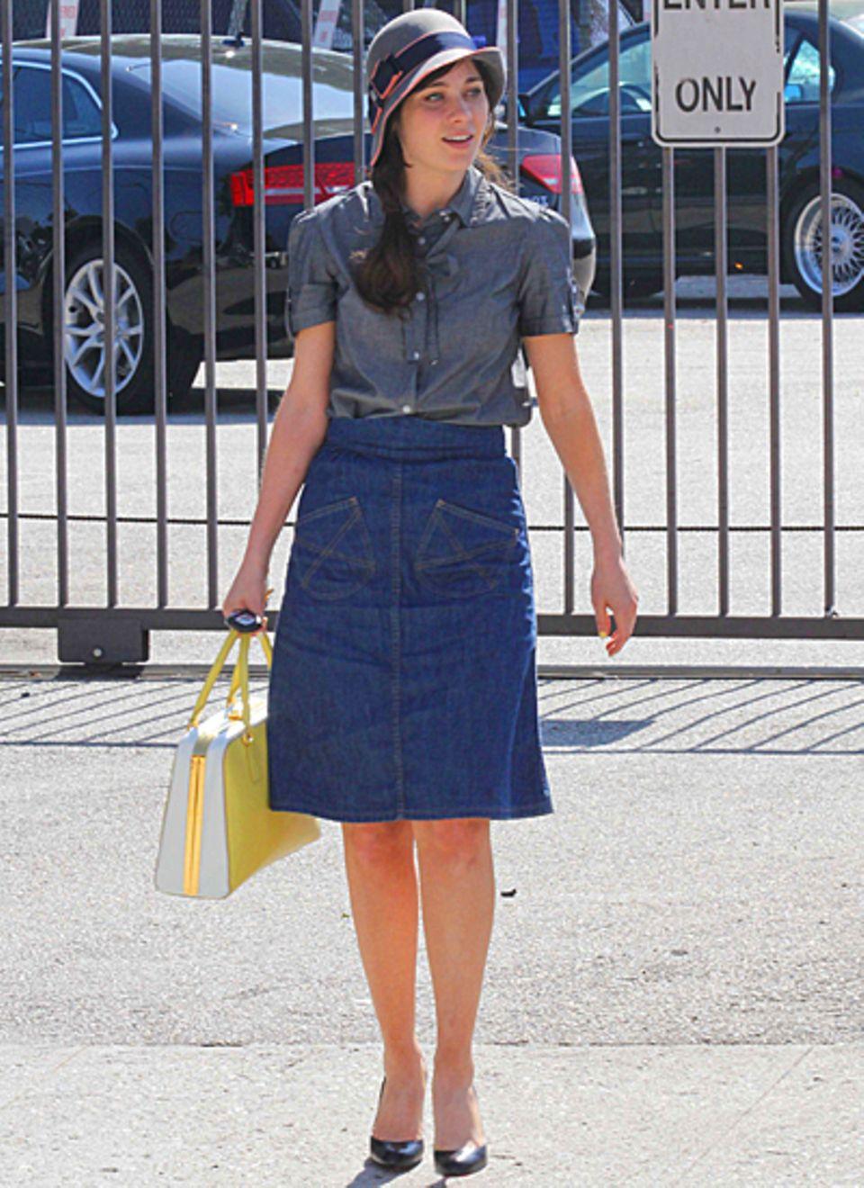 Die Pyramide-Bag von Prada passt perfekt zum Vintage-Outfit von Zooey Deschanel.