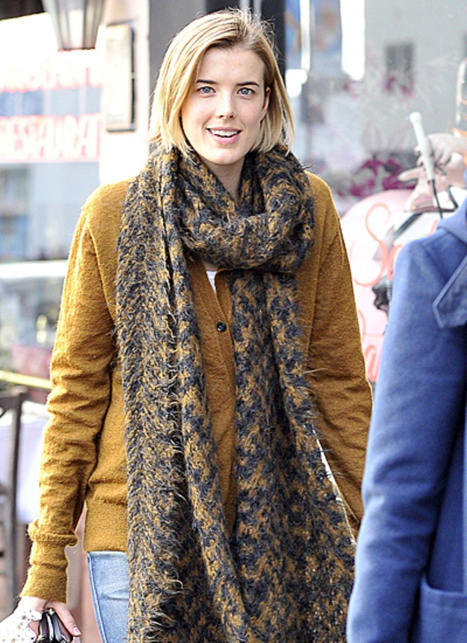 Model Agyness Deyn kuschelt sich in einen  Cardigan. Farblich passend dazu wird ein langer Schal kombiniert.