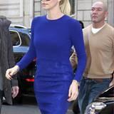 Kleines Blaues: Das eng geschnittene Kleid verzeiht kein Fettpölsterchen - und ist somit wie gemacht für die schlanke Charlize T