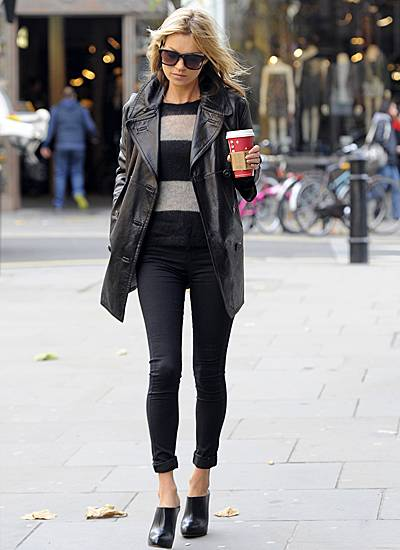 Kate Moss trägt privat am liebsten Schwarz. Diesmal hat sich das Model für Röhrenjeans, Kuschelpulli und Lederjacke entschieden.
