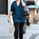 Der Pullover von Reese Witherspoon ist nicht nur schön, sondern ganz nebenbai auch noch die Babypfunde der Schasupielerin.