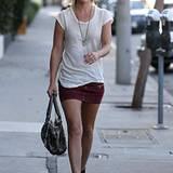 Ali Larter betont ihre schönen Beine.