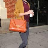 Taylor Swift liebt Kleider im Fifties-Stil mit schwingenden Röcken, doch auch die T-Shirt-Hosen-Kombi steht ihr gut. Hier trägt