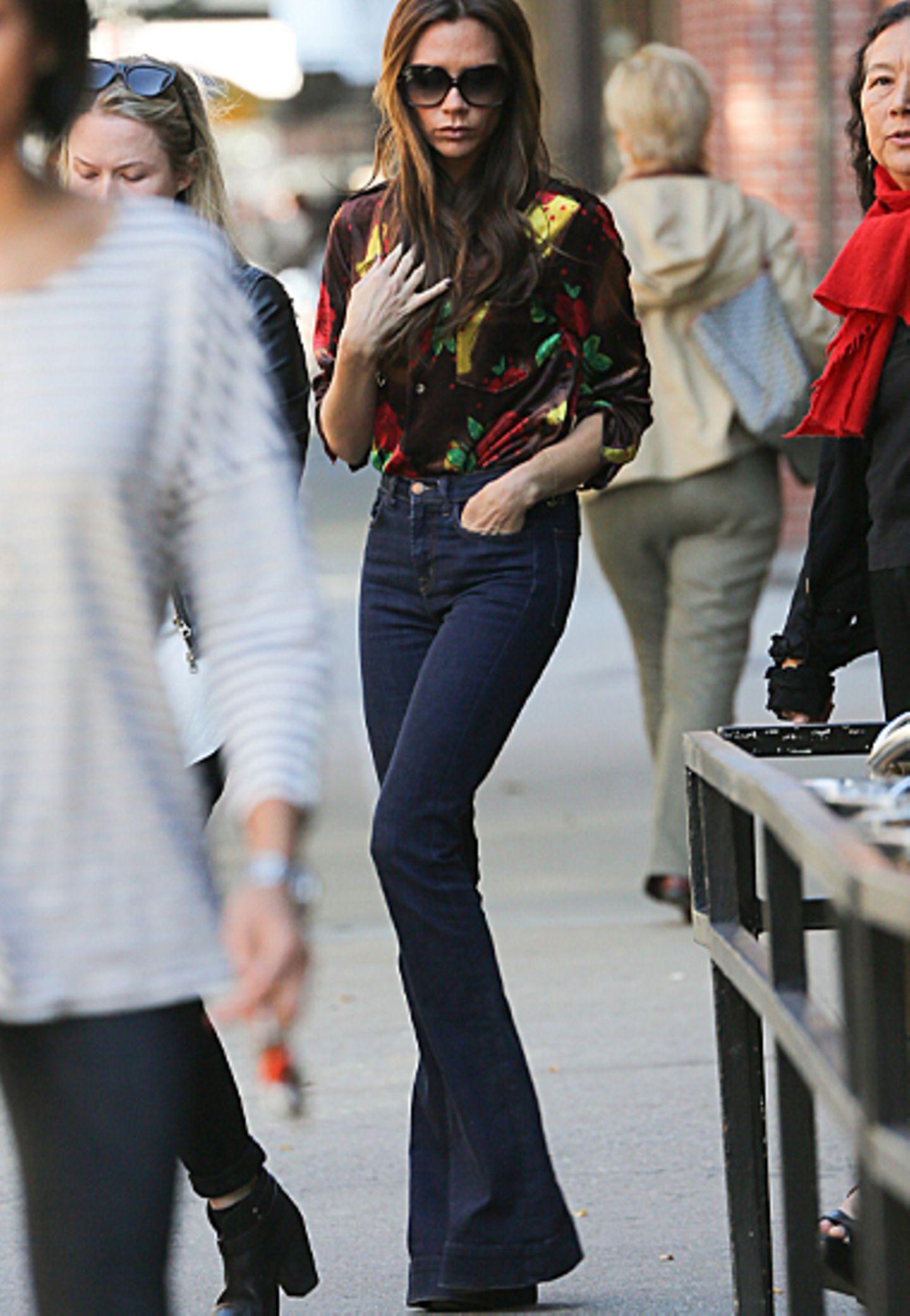 Mit dieser hübschen Printbluse und Schlaghose sticht Victoria Beckham mal wieder aus der Menge raus.
