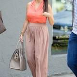 Der Hosenrock schmeichelt den weiblichen Kurven von Kourtney Kardashian.