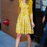 Taylor Swift strahlt im sonnengelben Kleid und passendem Cardigan.