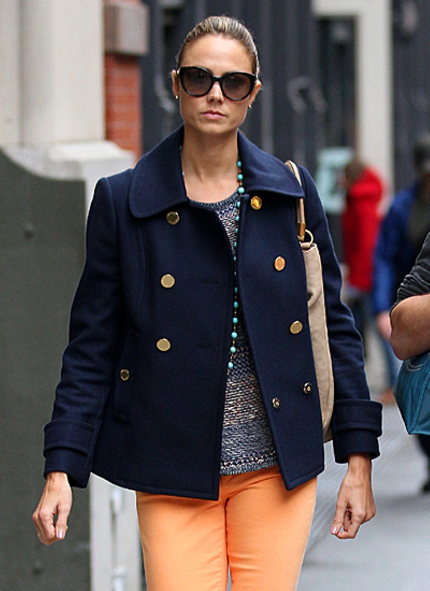George Cloonesy Freundin Stacy Keibler wird immer eleganter, wie sie hier mit edlem Mantel, Sonnebrille und orangefarbener Jeans
