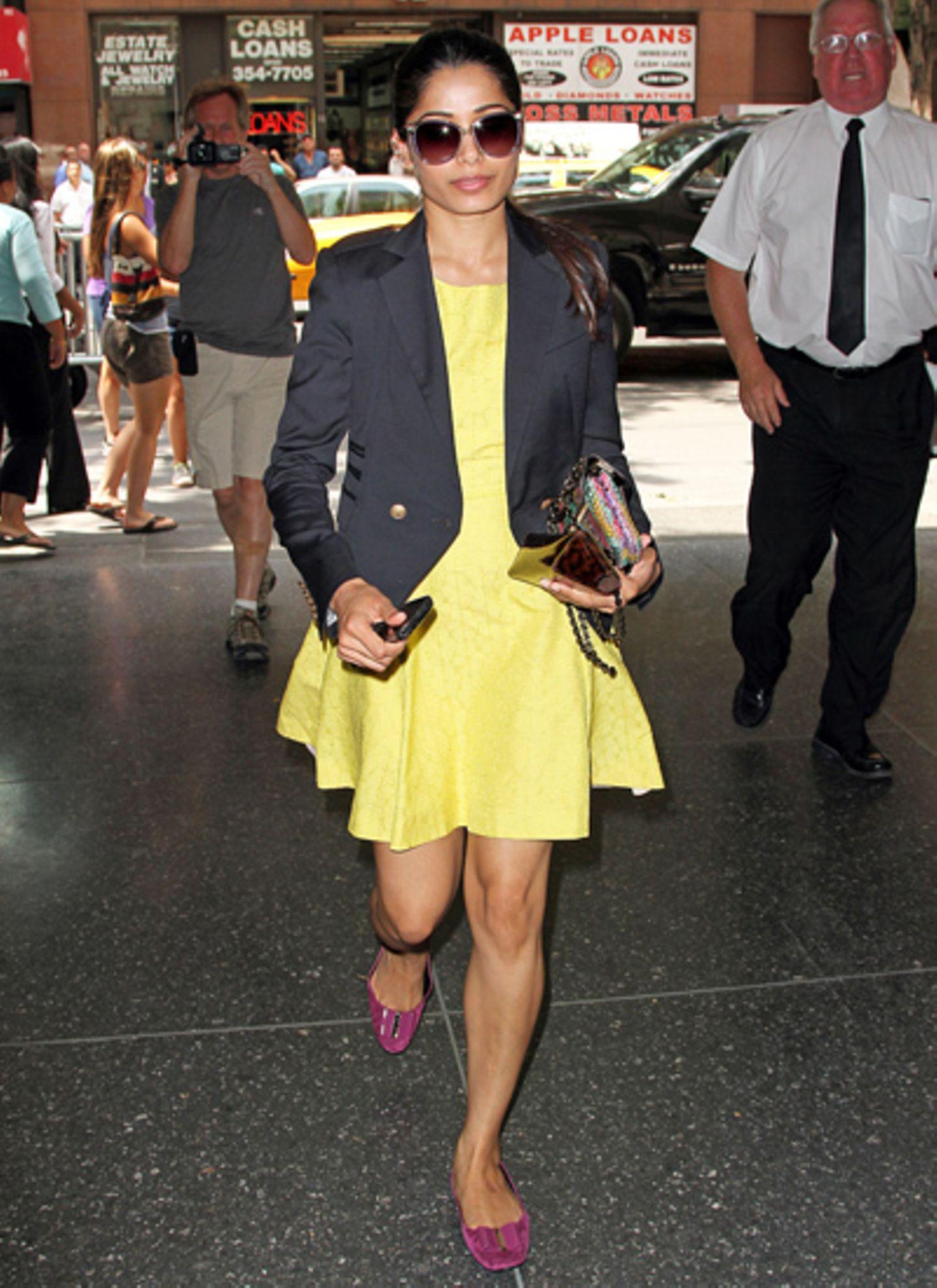 Slumdog-Millionär-Darstellerin Freida Pinto ist in New York mit einem gelben Kleid von Rachel Roy unterwegs. Dazu kombiniert sie