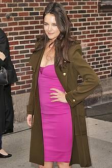 Über dem pinken Kleid von Narcisco Rodriguez trägt Katie Holmes einen Mantel in Military-Grün von Balenciaga.